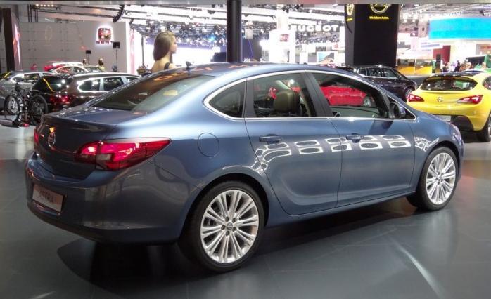 Самый популярный седан в России - Opel Astra