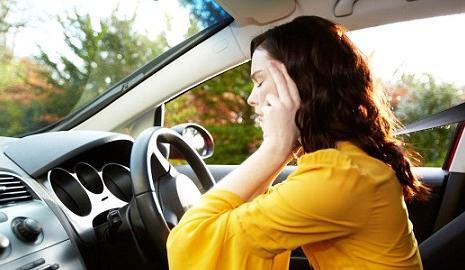 Женщина за рулем автомобиля, все в ее руках